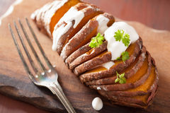 Gebackene hasselback Kartoffel mit Sauerrahm Lizenzfreie Stockfotografie