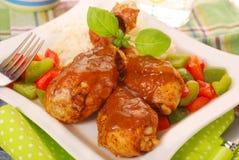 Gebackene Hühnerbeine mit Curry Stockfotos