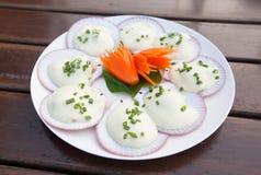 Gebackene Kamm-Muscheln mit Käse Stockbilder