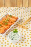 Gebackene Karotten auf einer Platte, Lebensmittel mit Soße Stockbilder