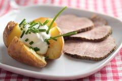 Gebackene Kartoffel mit Bratenrindfleisch Stockfotografie