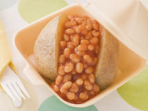 Gebackene Kartoffel mit gebackenen Bohnen und Käse Stockfotos