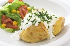 Gebackene Kartoffel mit Hüttenkäse und Schnittlauchen stockfoto