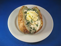 Gebackene Kartoffel mit saurer Sahne und Schnittlauchen 2 Lizenzfreies Stockbild