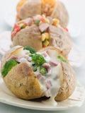 Gebackene Kartoffeln mit einer Auswahl der Spitzen Stockfotografie