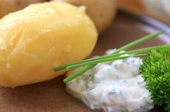 Gebackene Kartoffeln mit Quark stockfoto