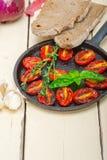 Gebackene Kirschtomaten mit Basilikum und Thymian Stockfotos