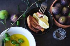 Gebackene Krake Olivenöl und reife Feigen Lizenzfreies Stockfoto