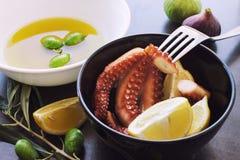 Gebackene Krake Zitronenscheiben und -oliven Lizenzfreie Stockfotos