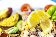 Gebackene Lachse auf Salat mit Kartoffeln stockbild