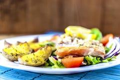Gebackene Lachse auf Salat mit Kartoffeln lizenzfreie stockfotos