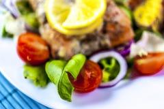 Gebackene Lachse auf Salat mit Kartoffeln stockfotografie