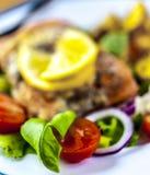 Gebackene Lachse auf Salat mit Kartoffeln stockbilder