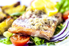 Gebackene Lachse auf Salat mit Kartoffeln stockfotos