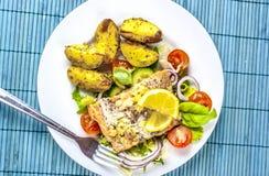 Gebackene Lachse auf Salat mit Kartoffeln von oben lizenzfreie stockfotografie