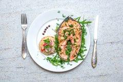Gebackene Lachse mit Gemüse und Reis auf der Platte Lizenzfreies Stockfoto