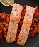 Gebackene Lachse mit Gemüseratatouille Lizenzfreie Stockbilder