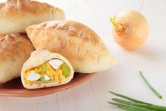 Gebackene Pastetchen mit Rübe, Ei und grünen Zwiebeln Lizenzfreie Stockbilder