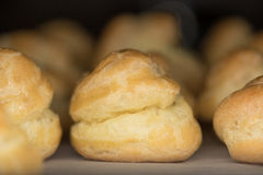 Gebackene Pastete Choux auf Pergamentpapier Lizenzfreies Stockfoto