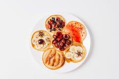 Gebackene Pfannkuchen oder selbst gemachte Kuchen Auf die Oberseite wird mit Beeren, Früchten, Honig und Stau auf rustikalem Hint stockfoto