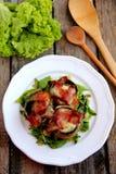 Gebackene Pilze mit Mozzarella und Speck Lizenzfreie Stockfotos