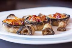 Gebackene Pilzkappen angefüllt mit Salami, Prosciutto, Knoblauch, Butter und Kräutern lizenzfreie stockfotografie