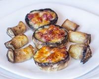 Gebackene Pilzkappen angefüllt mit Salami, Prosciutto, Knoblauch, Butter und Kräutern stockbild