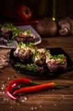 Gebackene Pilzkappen angefüllt mit Wurst, Käse und Gewürzen Stockfoto