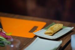Gebackene Rolle mit Banane auf einer Platte Stockfotos