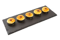 Gebackene Rollen mit Majonäse, Käse, Lachsen, Thunfisch, geräuchertem Aal und Garnele Auf einem Schwarzschiefer lokalisiert auf w Stockbild