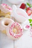 Gebackene Schaumgummiringe mit rosa Glasur Lizenzfreie Stockfotografie