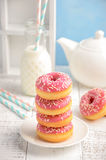 Gebackene Schaumgummiringe mit rosa Glasur und besprüht Stockbild