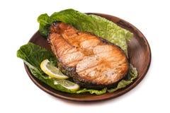 Gebackene Steakforelle mit Zitrone und Salat Stockfoto