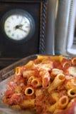 Gebackene Teigwaren mit dem Mozzarella und Bestandteilen verschieden lizenzfreies stockbild