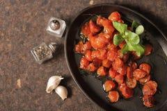 gebackene Tomaten mit Knoblauch und Salat stockfotos