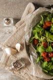 gebackene Tomaten mit Knoblauch und Salat stockfoto