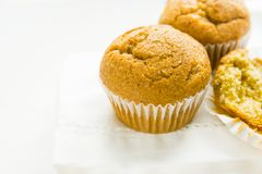 Gebackene Vollweizen-Kleie-Kürbis-Hauptmuffins auf weißem Baumwollgeschirrtuch Frühstücks-Morgen-gesundes Gebäck-Backen-Konzept lizenzfreie stockbilder