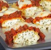 Gebackene Wurst-Lasagne Stockfoto