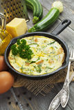 Gebackene Zucchini mit Huhn und Kräutern Lizenzfreie Stockbilder
