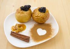 Gebackener Apfel mit Honig Stockbild