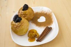 Gebackener Apfel mit Honig Stockbilder