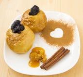Gebackener Apfel mit Honig Stockfoto