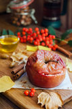 Gebackener Apfel mit Honig Lizenzfreie Stockfotos