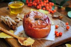 Gebackener Apfel mit Honig Lizenzfreies Stockfoto
