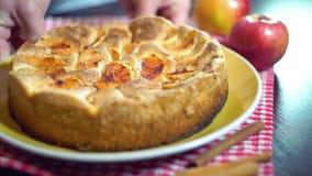 Gebackener Apfelkuchen Goldener farbiger Apfelkuchen mit selbst gemachtem Apfelkuchen der knusperigen Kruste stock video