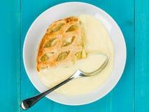 Gebackener Apfelkuchen-und Vanillepudding-Nachtisch Lizenzfreie Stockfotos