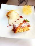 Gebackener Biskuit mit Eiscreme stockbilder