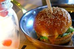 Gebackener Burger, fette Brötchen Lizenzfreie Stockbilder