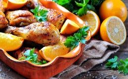 Gebackener Hühnertrommelstock mit orange, geräuchertem Paprika, Provencal-Kräutern und Olivenöl lizenzfreie stockbilder