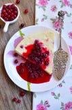 Gebackener Hüttenkäsepudding mit Moosbeeren Lizenzfreies Stockbild